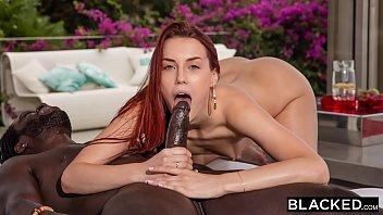 Хахаль с татухами на теле выполняет анилингус проститутке и разыгрывает её на анал