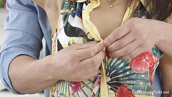 Заводное соло от голой гибкой девчушки с истинными грудями