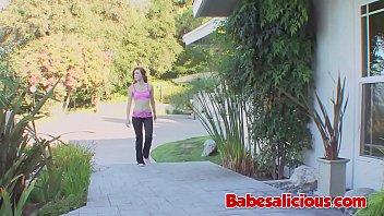 Блондинка в розовом одежду ставит членозаменитель перед камерой и принимает его в очко