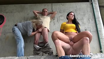 Мужчина в коридоре дал бухой девке в рот и отъебал её рачком в анал до кремпая