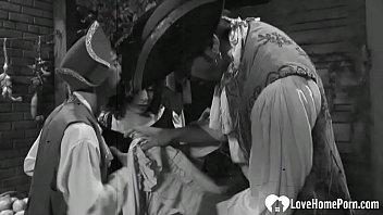 Два молодого человека трахают одновременно милую брюнеточку