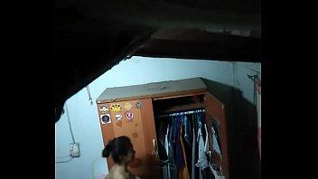 Стройненькая шалашовка стает к хахалю задом и ебется на кровати
