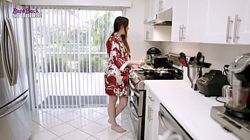 Молодая женщина раздвигает ноги пошире и онанирует гладкую мохнатку
