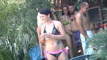 Сногсшибательная девчоночка с огромными грудями скидывает бикини и онанирует