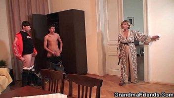 Муж изменяет жене и имеет сисястую блондиночку тупорыло при ней