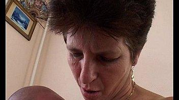 Пацан в автомобилю дал за щеку шалаве спутника и после порева спустил ей сперму на стринги