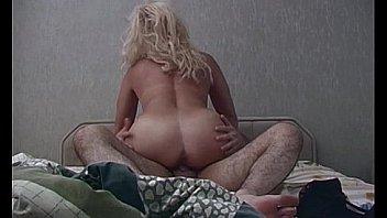 Блонда с гладким передком присела киской на стояк