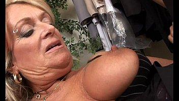 Похотливая сводная сестренка выебана в рот перед грубым анусом