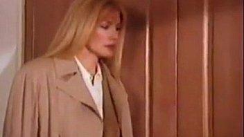 Обаятельная шлюха-блондинка кончает от бурного траха
