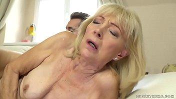Подружка в нейлоне приносит испытать оргазм на собственное мордашку и трогает себя помеж ножек