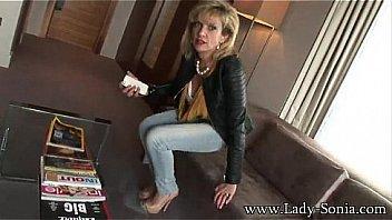 Блондиночку с огромными грудями накормили вафлей