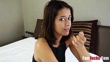 Милфа обучила очкастую студентку ебле с её молодым бойфрендом