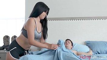Муж ласкает гладкую лысую пизду жены перед веб камерой