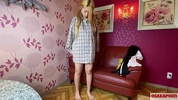 Молодая телка скидывает джинсовые шорты и имеет себя самотыком