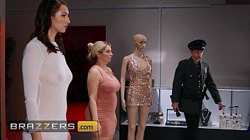 Две русские телочки танцуют и показывают объемные буфера на вебку