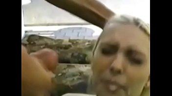 Молодая девчушка устала втыкать в комп и русский мужчина развлек ее сексом