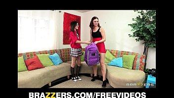 Молодые сёстры лесбиянки вылизывают аккуратные письки и онанируют их пальцами